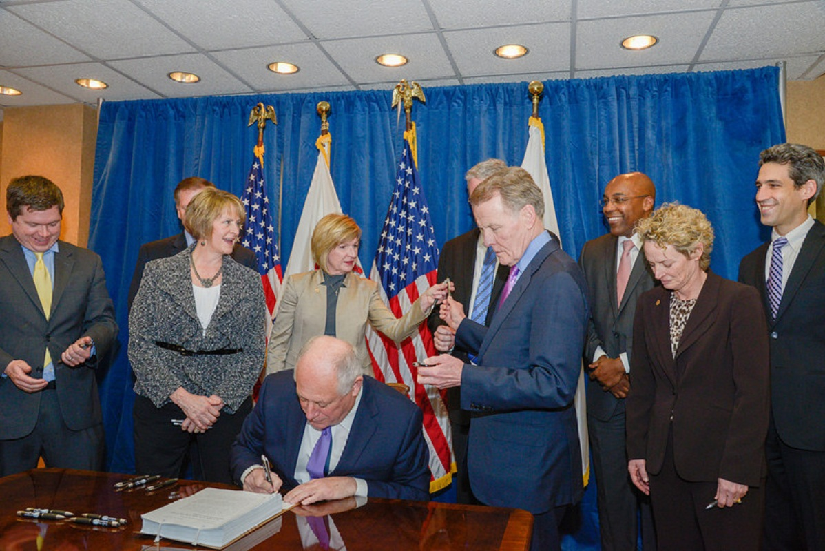 Quinn Signs Illinois Boater Safety Regulations